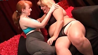 Lusty mature lesbian gifting her girlfriends with cunt fisting